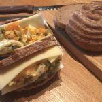 池袋で買ったドイツパンでサンドイッチ。