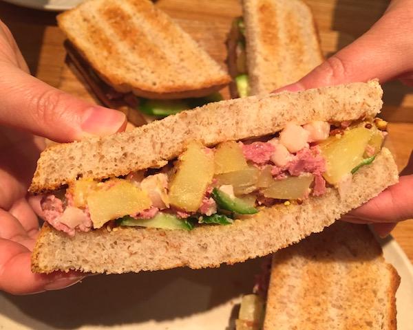 自家製パンでコンビーフ&ポテトのサンドイッチ!