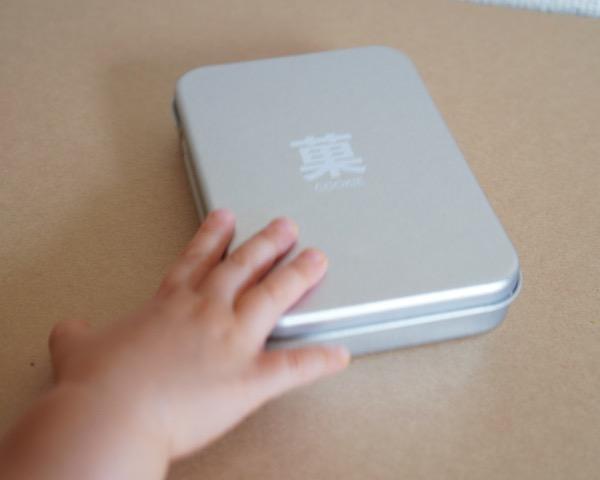 赤ちゃんせんべいケースにピッタリ、無印の薄型ブリキ缶!!
